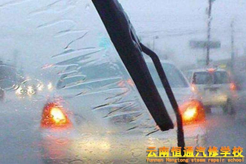 下雨天开车可以开双闪吗?
