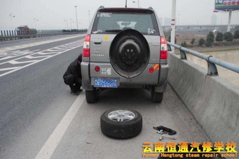高速路上遇爆胎,关键时刻怎样保命