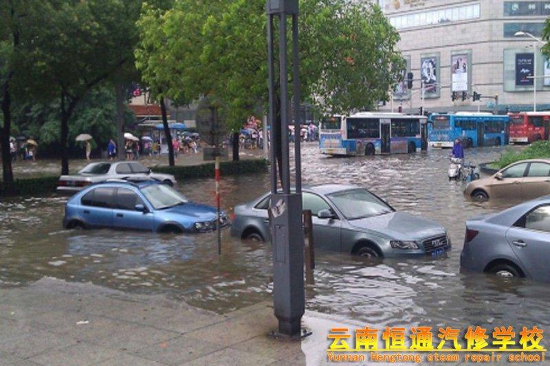 一场暴雨过后,你后悔买新能源汽车了吗?