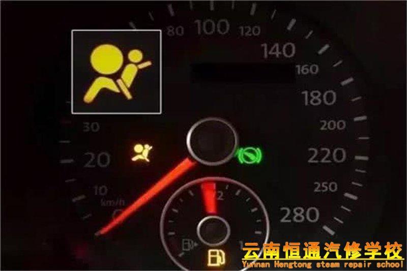 汽车仪表盘上的等亮了,我们应该怎么办?