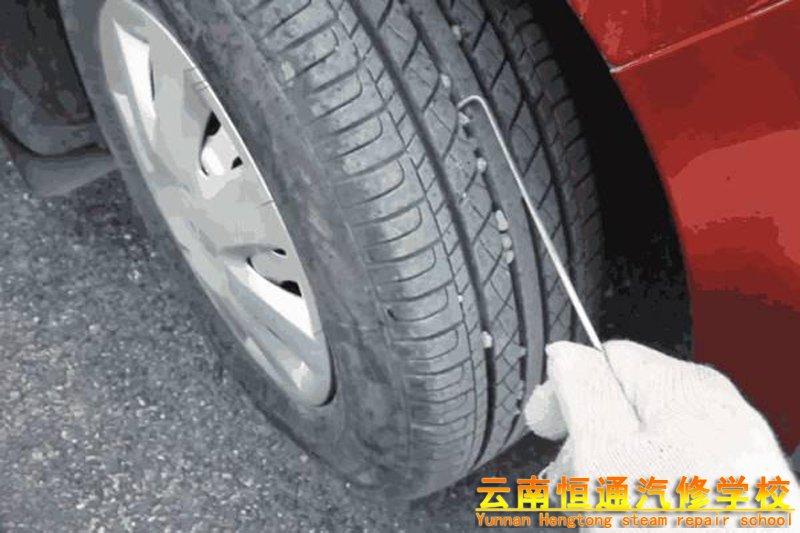 遇上汽车轮胎卡石子,你有更好的方法吗?