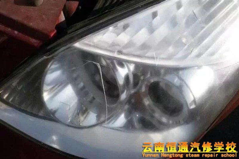 是什么原因造成汽车大灯不亮的?