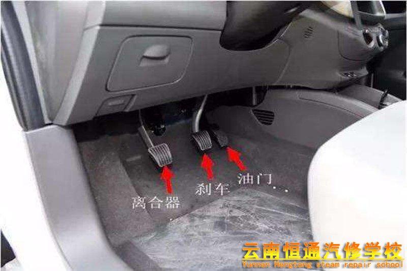 在开车时,刹车和离合器能一起踩吗?