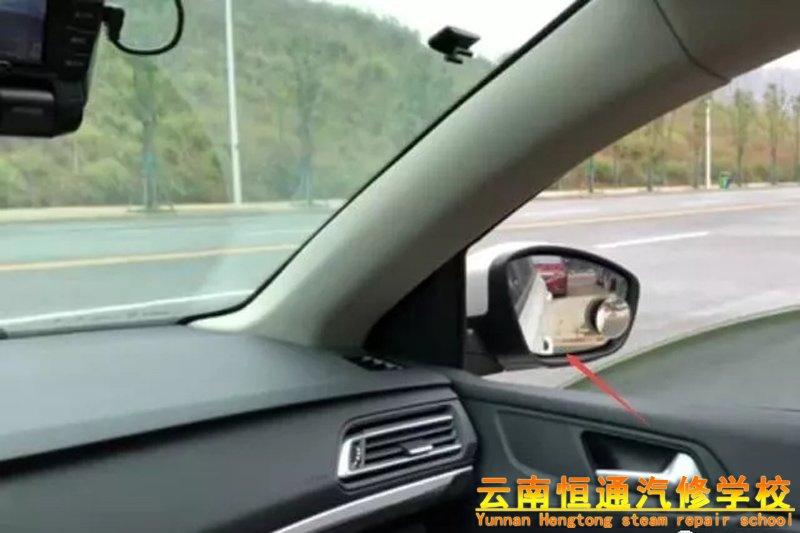 倒车时如何判断车尾的距离?