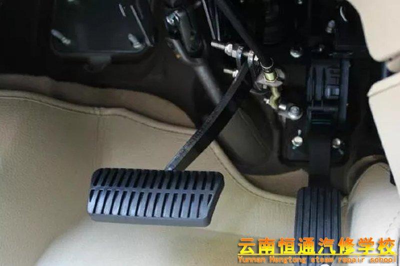 开车时,遇上油门突然卡死怎么办?