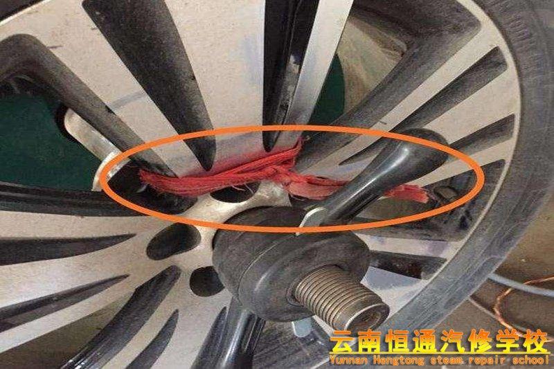 汽车轮胎上绑红绳好吗?