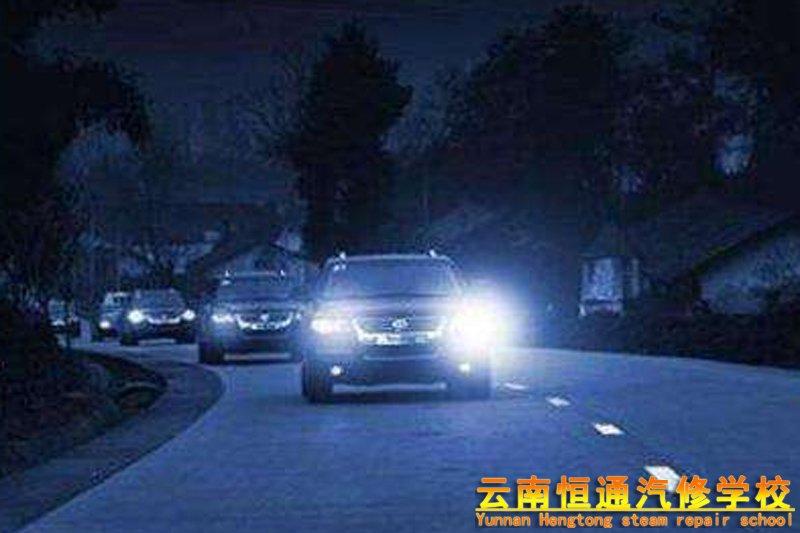 夜晚高速开车如何使用近光灯和远光灯?